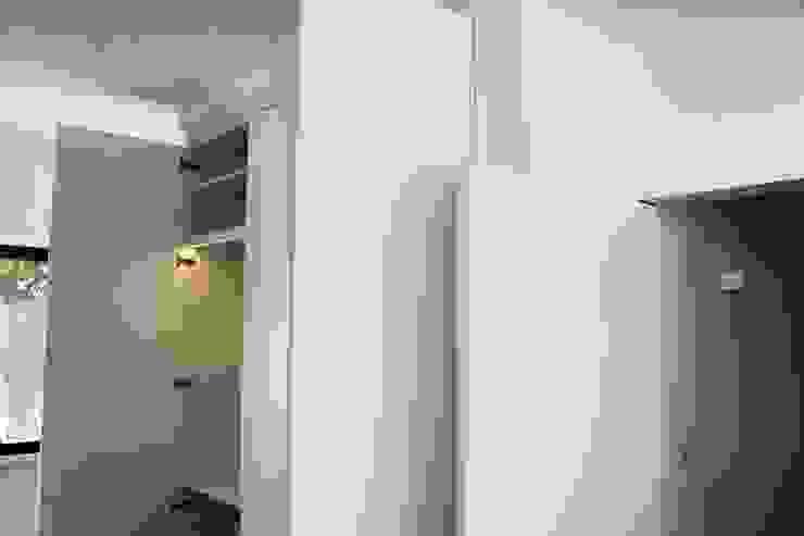 by ARQAMA - Arquitetura e Design Lda Мінімалістичний