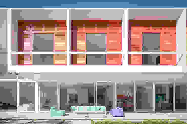 Residência LB - Carlos Bratke Varandas, alpendres e terraços minimalistas por Joana França Minimalista