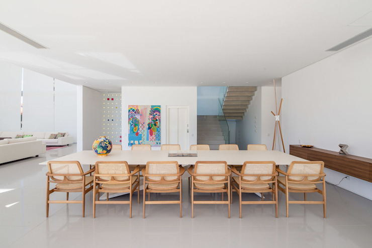 Residência LB - Carlos Bratke Salas de jantar minimalistas por Joana França Minimalista