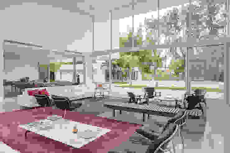 Residência LB - Carlos Bratke Salas de estar minimalistas por Joana França Minimalista
