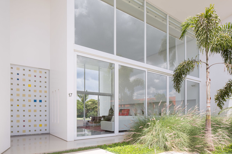 Residência LB - Carlos Bratke Casas minimalistas por Joana França Minimalista