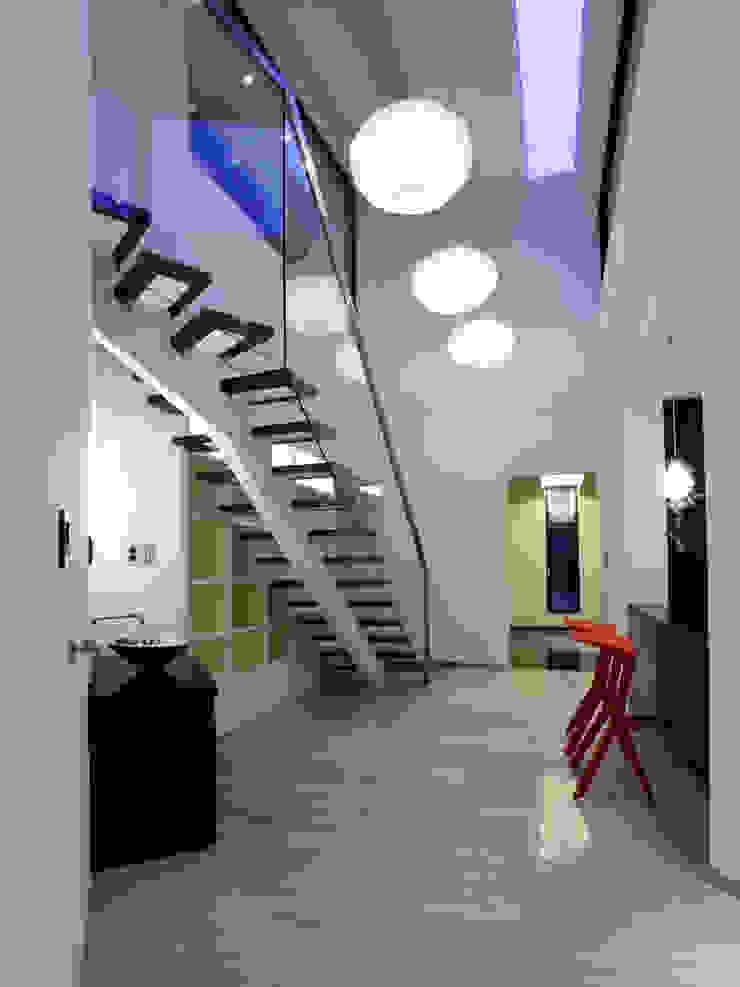 'Snow AIDe Ingresso, Corridoio & Scale in stile moderno