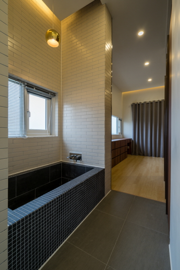 Baños de estilo moderno de 'Snow AIDe Moderno