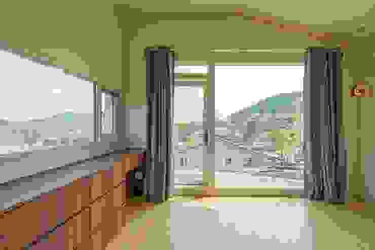 Dormitorios de estilo moderno de 'Snow AIDe Moderno