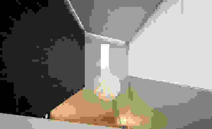 Pasillos, vestíbulos y escaleras modernos de 'Snow AIDe Moderno