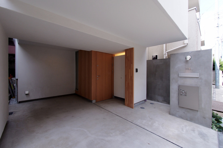 白金の家 アトリエ スピノザ モダンデザインの ガレージ・物置 白色