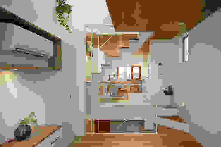 白金の家 モダンデザインの リビング の アトリエ スピノザ モダン