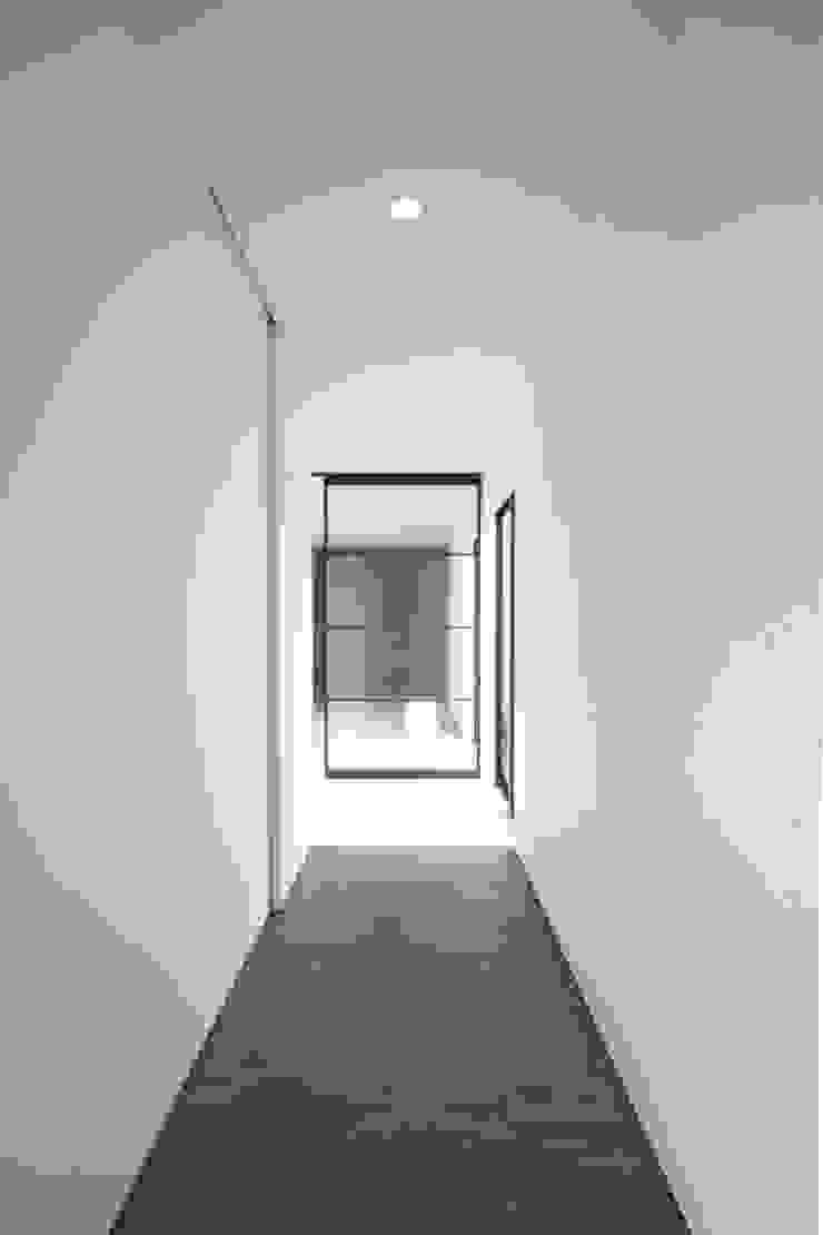 玄関廊下 モダンスタイルの 玄関&廊下&階段 の SeijiIwamaArchitects モダン