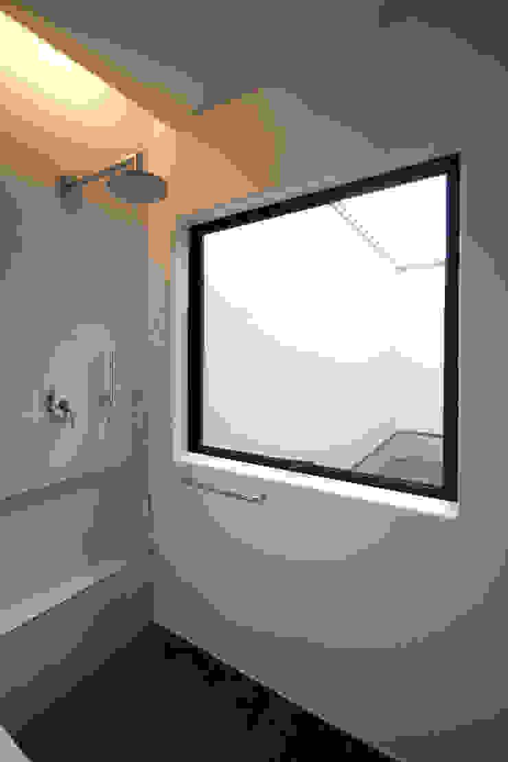 浴室より中庭3を眺める モダンスタイルの お風呂 の SeijiIwamaArchitects モダン