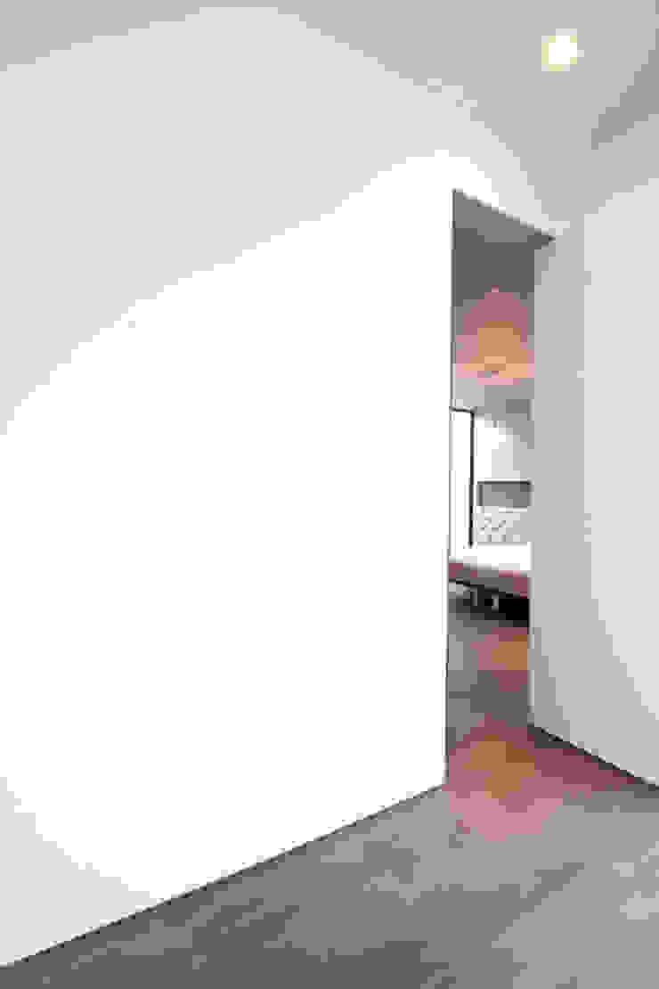 リビングより寝室 モダンスタイルの寝室 の SeijiIwamaArchitects モダン