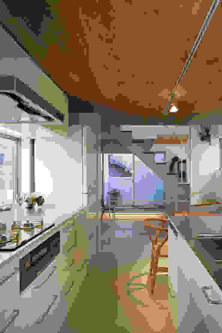 白金の家 北欧デザインの キッチン の アトリエ スピノザ 北欧