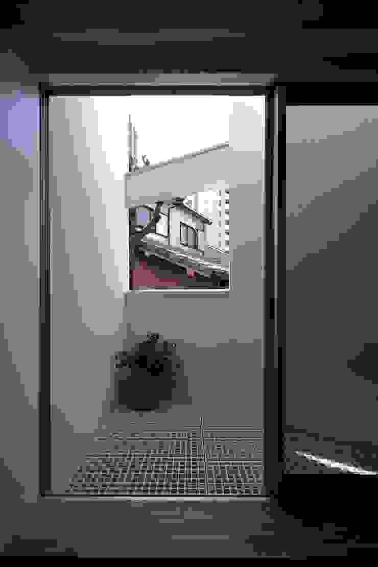 アトリエ スピノザ Balkon, Beranda & Teras Minimalis
