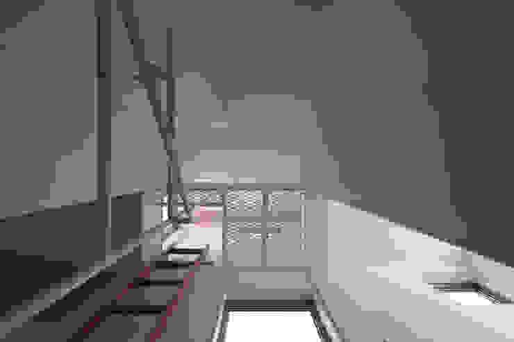 Pasillos, vestíbulos y escaleras modernos de アトリエ スピノザ Moderno