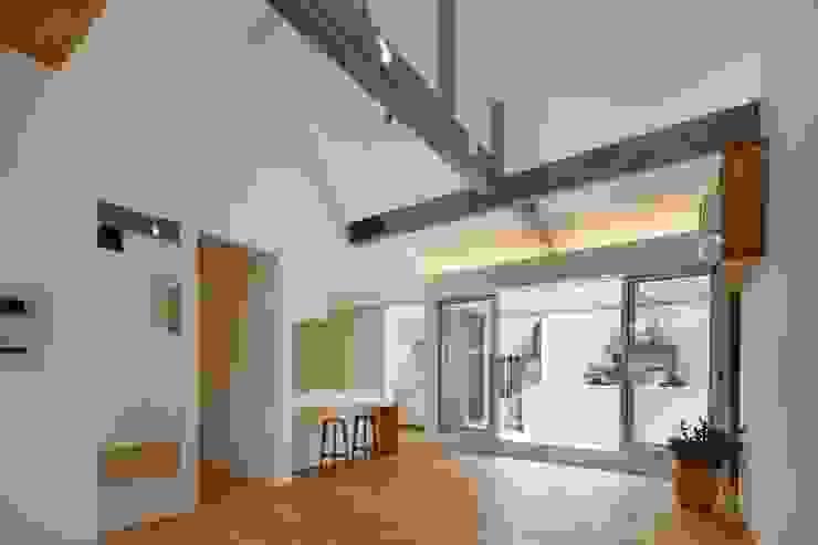 Salas de estar minimalistas por アトリエ スピノザ Minimalista