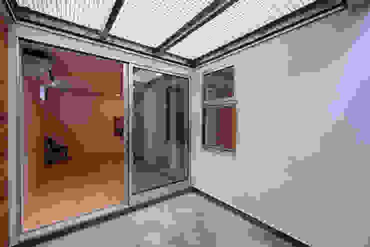 Terrazas de estilo  de アトリエ スピノザ, Moderno