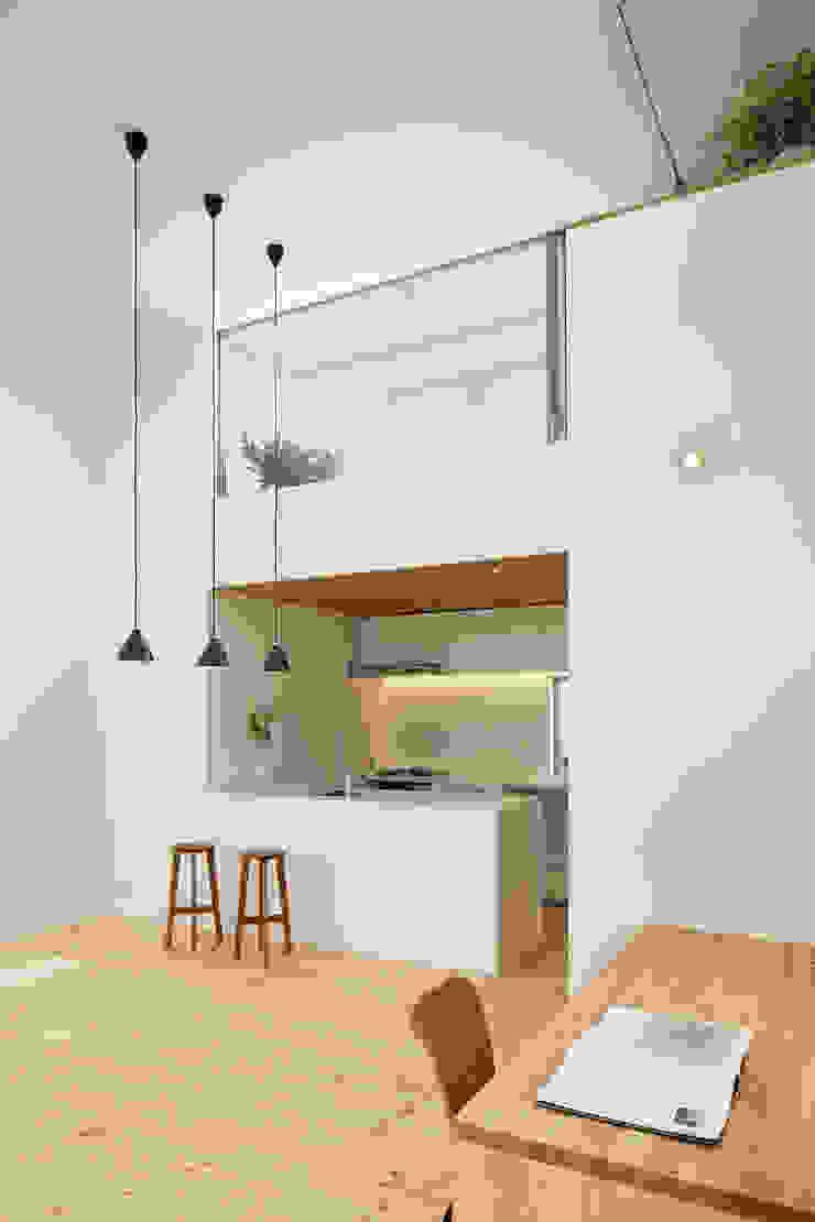 池上の家 モダンデザインの リビング の アトリエ スピノザ モダン