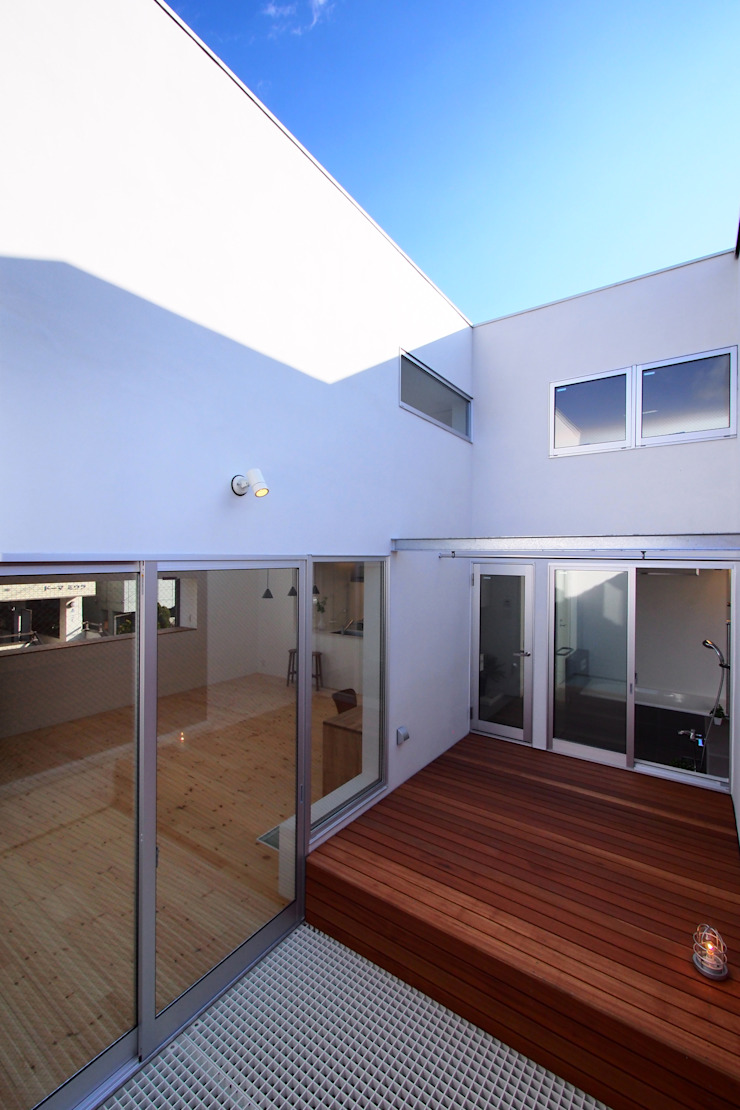 池上の家 モダンデザインの テラス の アトリエ スピノザ モダン