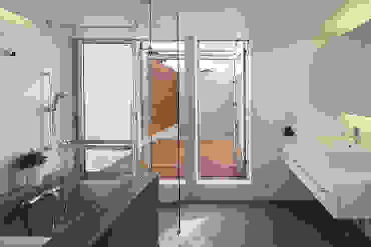 Salle de bains de style  par アトリエ スピノザ,