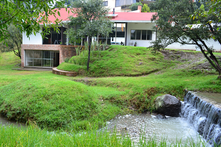 desde el rio: Jardines de estilo  por CESAR MONCADA S, Moderno