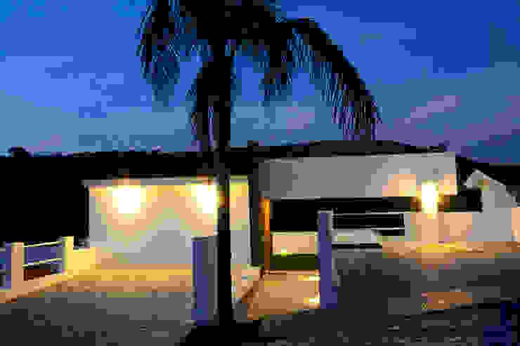 ingreso nocturno Casas modernas de Excelencia en Diseño Moderno Ladrillos