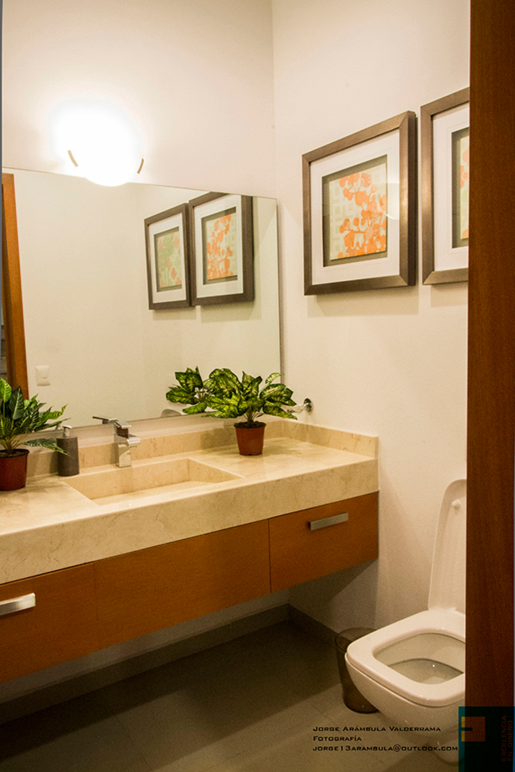 medio baño Baños modernos de Excelencia en Diseño Moderno Mármol