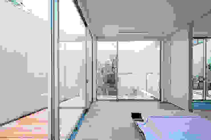 コンセプトハウス― 囲炉裏の住宅 ― モダンスタイルの寝室 の 一級建築士事務所 株式会社KADeL モダン
