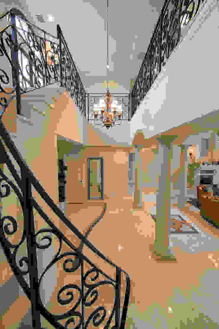 UE house | SANKAIDO クラシカルスタイルの 玄関&廊下&階段 の SANKAIDO | 株式会社 参會堂 クラシック