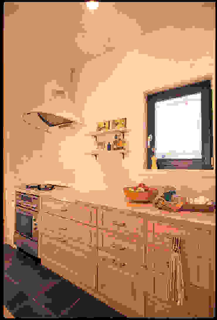 YA house | SANKAIDO 地中海デザインの キッチン の SANKAIDO | 株式会社 参會堂 地中海