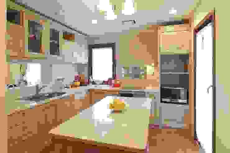 TA house | SANKAIDO 地中海デザインの キッチン の SANKAIDO | 株式会社 参會堂 地中海