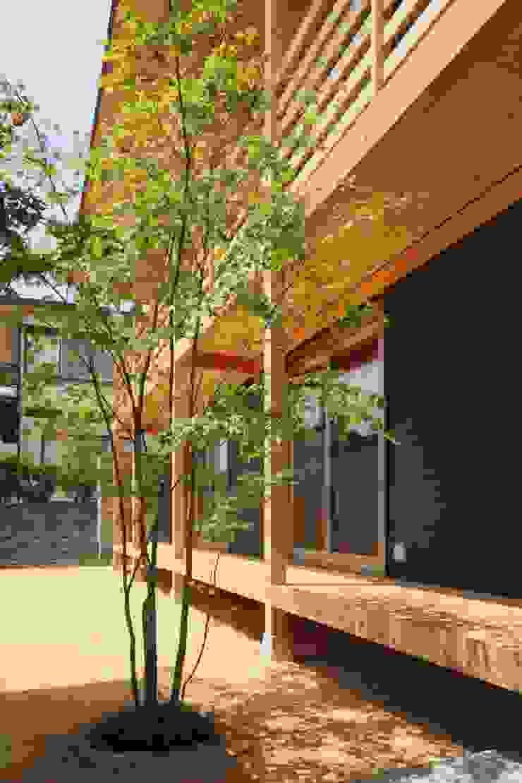 Ht-House カントリーな 庭 の 三宅和彦/ミヤケ設計事務所 カントリー 無垢材 多色
