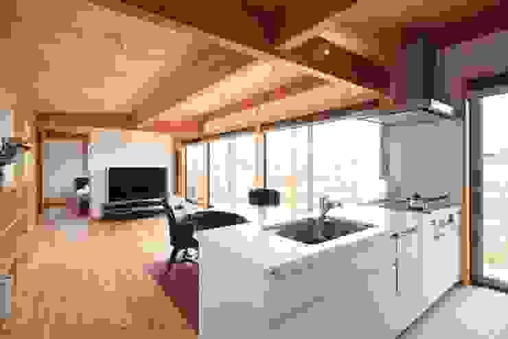 Ht-House カントリーデザインの キッチン の 三宅和彦/ミヤケ設計事務所 カントリー 無垢材 多色
