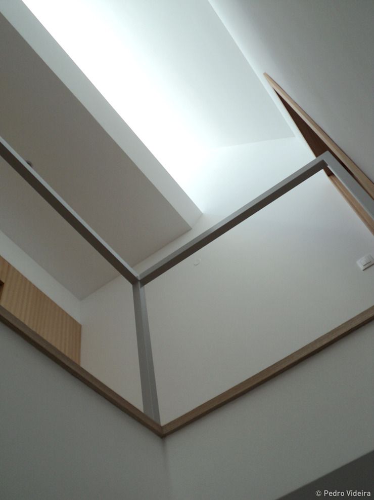 Casa SFA Corredores, halls e escadas modernos por PeC Arquitectos Moderno