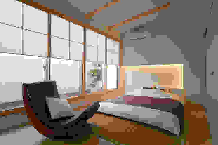 Phòng ngủ phong cách hiện đại bởi 一級建築士事務所 株式会社KADeL Hiện đại