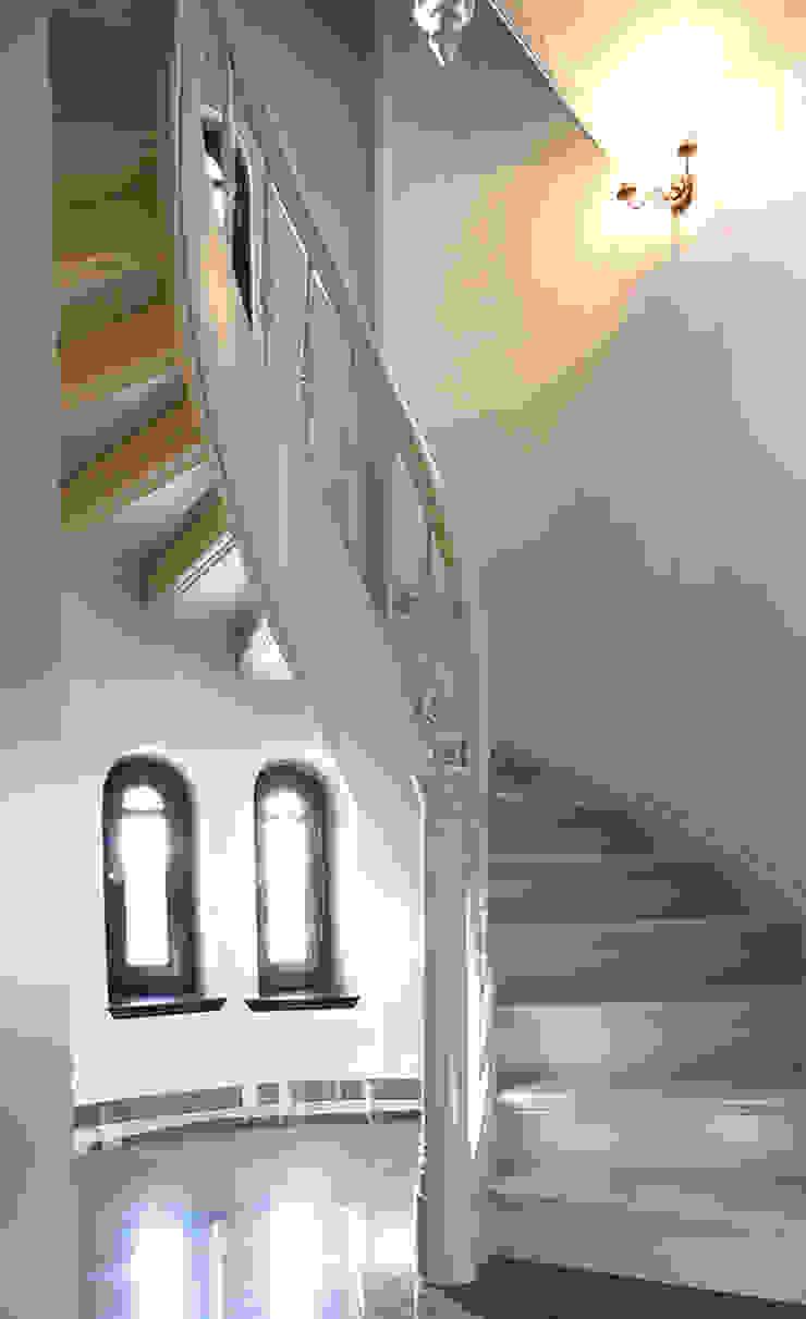 Pasillos, vestíbulos y escaleras clásicas de Trąbczyński Clásico Madera Acabado en madera