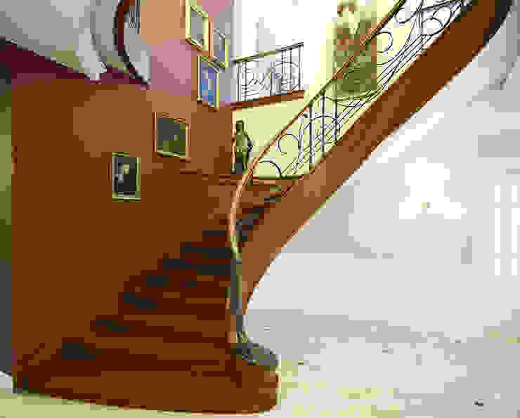 ST455 Klasyczne schody gięte drewniane / ST455 Classical Curved Wooden Stairs: styl , w kategorii Korytarz, przedpokój zaprojektowany przez Trąbczyński,Klasyczny Drewno O efekcie drewna