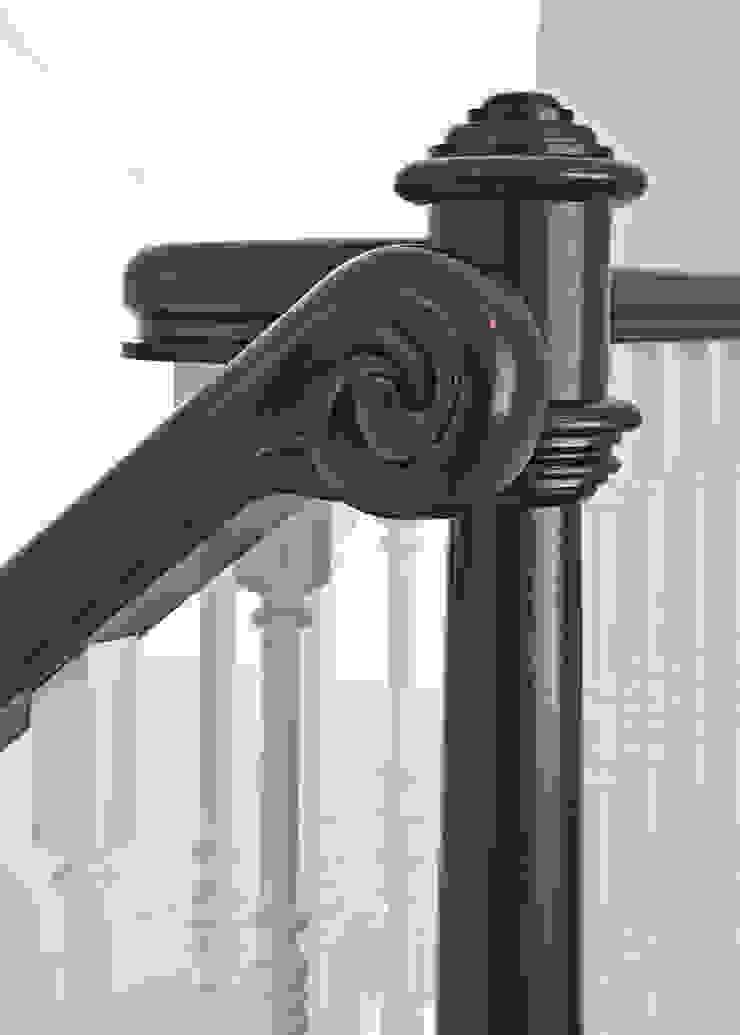 Pasillos, vestíbulos y escaleras de estilo clásico de Trąbczyński Clásico Madera Acabado en madera