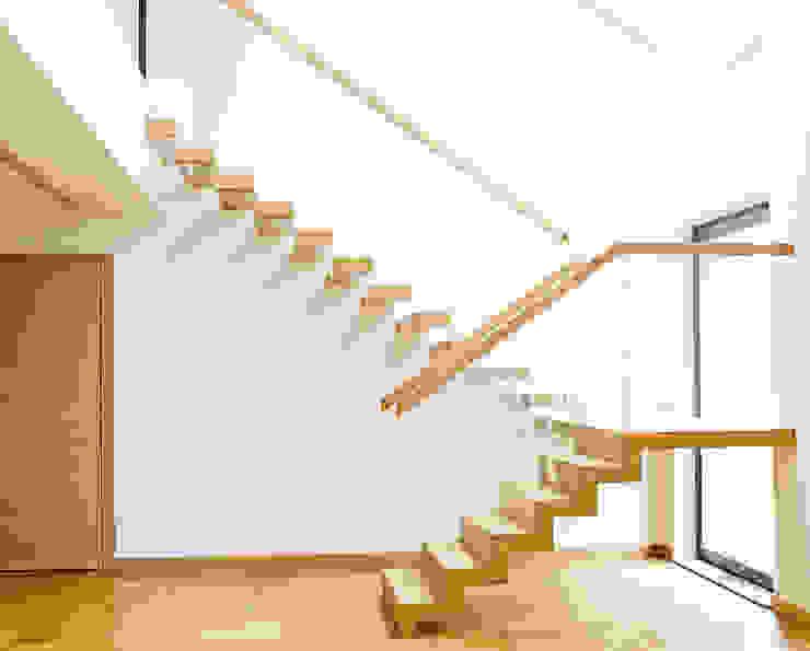 ST910 Schody nowoczesne dywanowe / ST910 Modern Floating Stairs: styl , w kategorii Korytarz, przedpokój zaprojektowany przez Trąbczyński,Minimalistyczny Drewno O efekcie drewna