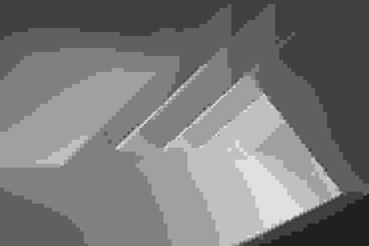 Modern Corridor, Hallway and Staircase by Interior Zen. Obras e Proxectos Modern Iron/Steel