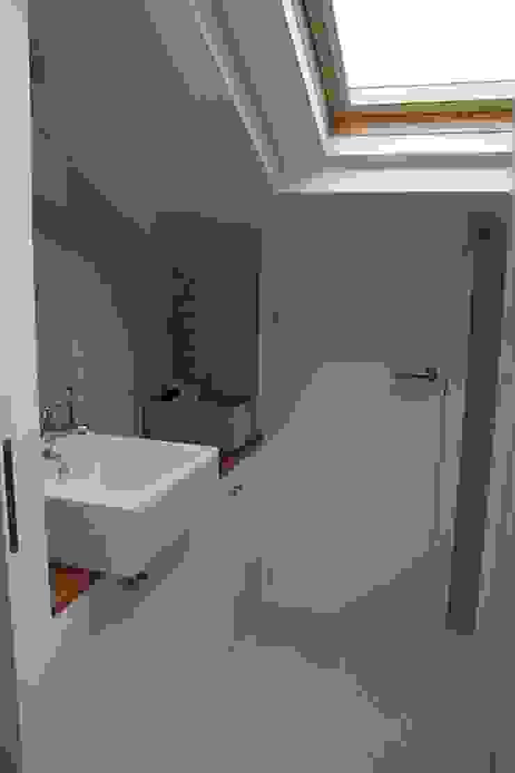 Modern Bathroom by Interior Zen. Obras e Proxectos Modern Engineered Wood Transparent