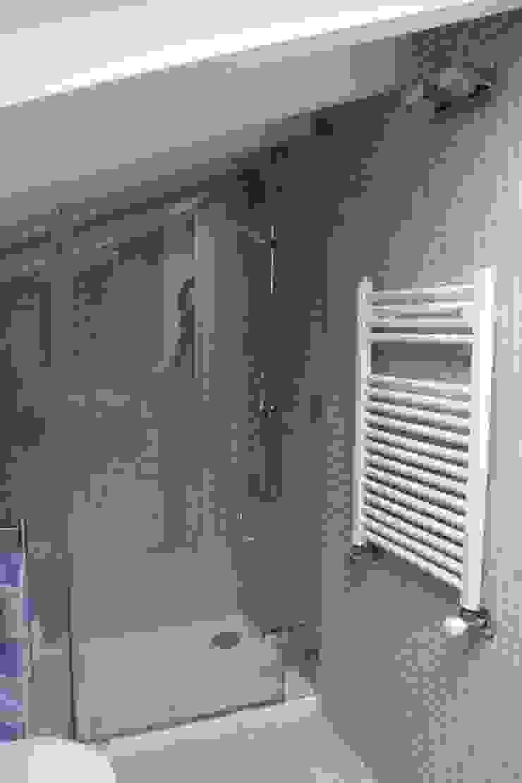 Modern Bathroom by Interior Zen. Obras e Proxectos Modern