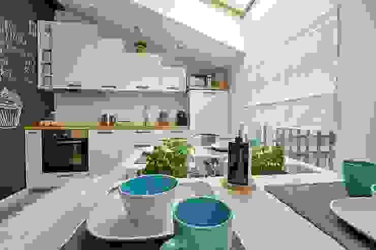 Skandinavische Küchen von DreamHouse.info.pl Skandinavisch