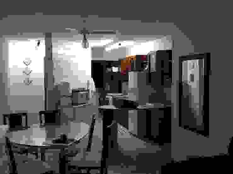 Visão geral do living, cozinha e acesso antes da reforma. por Emerson Penso Arquitetura e Interiores