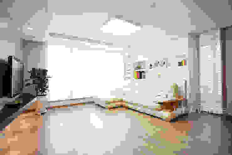 Ruang Keluarga Modern Oleh 퍼스트애비뉴 Modern