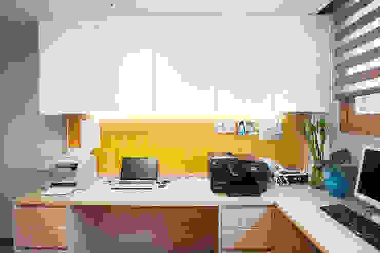 Ruang Studi/Kantor Modern Oleh 퍼스트애비뉴 Modern