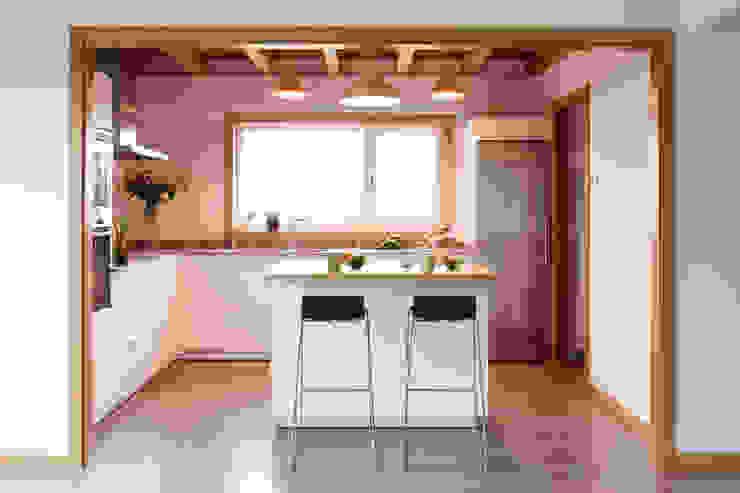 La casa de Sara y Fran Cocinas de estilo escandinavo de Estudio de Arquitectura Sra.Farnsworth Escandinavo