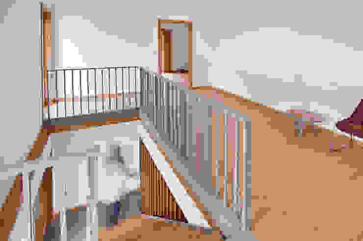 La casa de Sara y Fran Pasillos, vestíbulos y escaleras de estilo escandinavo de Estudio de Arquitectura Sra.Farnsworth Escandinavo