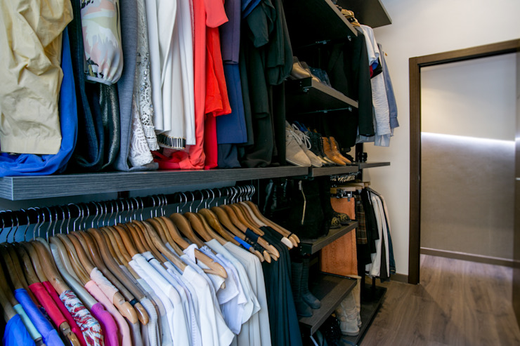 Modern dressing room by Empresa constructora en Madrid Modern