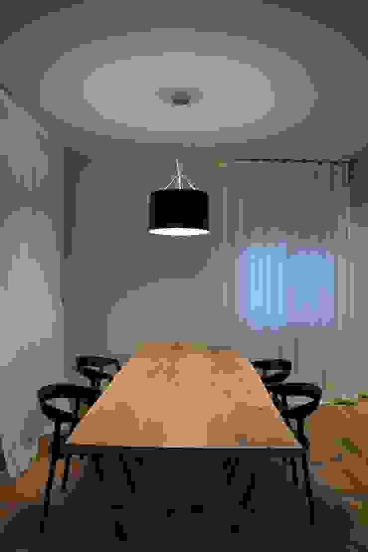Minimalist dining room by RO|a_ Minimalist