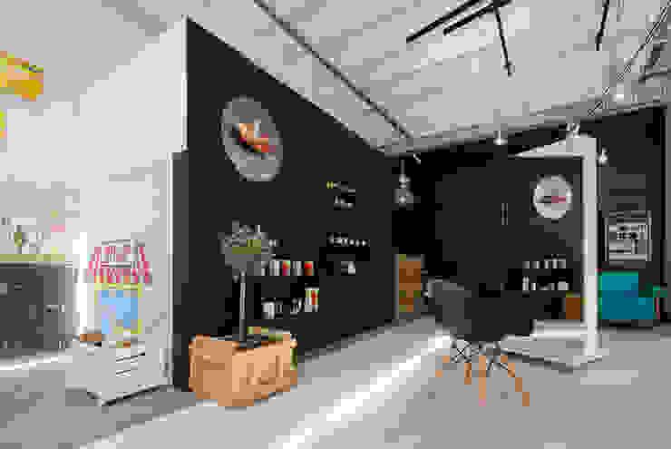 Loft Hair Emergency od Pracownia Projektowa Poco Design Industrialny