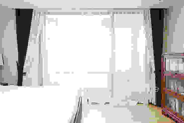 집안에 아이들의 놀이터가 마련되어있는 인테리어  : 퍼스트애비뉴의  침실,모던